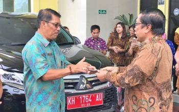 Agus Pramono menyerahkan mobil keenam dari Pemprov Kalteng kepada Ketua Pengadilan Tinggi Kalteng, beberapa waktu lalu
