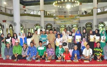 Bupati Kapuas Ben Brahim S Bahat didampingi KH Nafiah Ibnor foto bersama dengan para pemenang dan penerima piala lomba pawai tahun baru Islam di Masjid Agung Al-Muharram Amanah Kuala Kapuas, Selasa (17/10/2017)