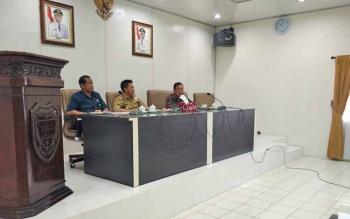 Rapat forum FKPD dalam membahas permasalahan deklarasi pengukuhan dan pematokan lahan Kelompok Tani Dayak Misik Desa Kamawen dan tuntutan tujuh desa di Kecamatan Gunung Timang terhadap PT Antang Ganda Utama (AGU)