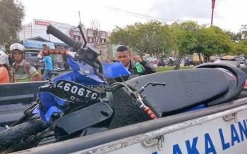 Motor yang terlibat kecelakaan diangkut menggunakan mobil milik aparat Polres Palangka Raya, Selasa (17/10/2017)