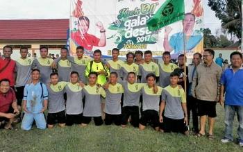 Tim kesebelsan Desa Pendahara Kecamatan TSG foto bersama usai menjuarai turnamen sepakbola Gala Desa tingkat Kabupaten Katingan di Lapangan Gagah Lurus Kasongan, Selasa (17/10/2017)