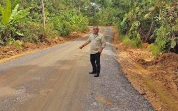 Kepala Dinas PUPR Barito Utara Fery Kusmiadi meninjau jalan menuju Desa Nihan yang sudah diperbaiki menggunakan unit perawatan rutin, Selasa (17/10/2017).
