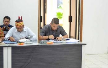 Kasi Intel Kejaksaan Negeri Barito Utara Bernard Purba saat menyampaikan pendapat dalam rapat FKPD membahas permasalahan deklarasi pengukuhan dan pematokan lahan Kelompok Tani Dayak Misik Desa Kamawen dan tuntutan tujuh desa di Kecamatan Gunung Timang ter