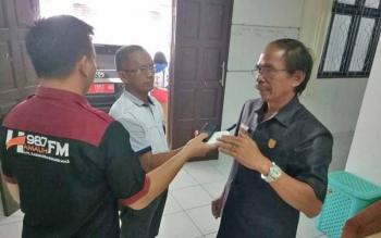 Ketua DPRD Kabupaten Gunung Mas Gumer saat memberikan keterangan kepada wartawan, Selasa (17/10/2017).