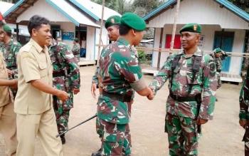 Dandim 1012/Buntok menyalami prajurit naik pangkat