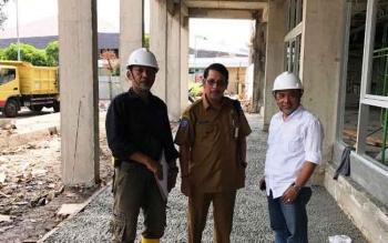 Plt Kepala Biro Umum Agus Pramono saat mengecek progres pembangunan sayap kanan kantor gubernur yang terbakar, Selasa