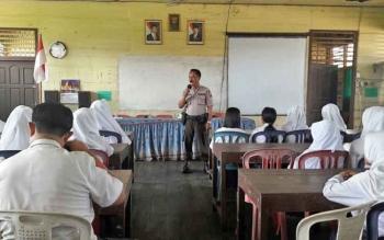 Kasat Binmas Polres Kotim AKP Joko M Khusaini saat menyampaikan materi kepada pelajar SMP Negeri 1 Kota Besi, Selasa (17/10/2017)
