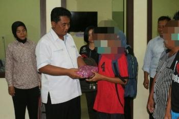 Dirreskrimum Polda Kalteng Kombes Pol Ignatius Agung Prasetyoko memberikan buku kepada tiga anak di bawah umur yang tepergok mencuri tabung gas elpiji 3 kg sebagai bentuk pembinaan, Selasa (17/10/2017) malam.