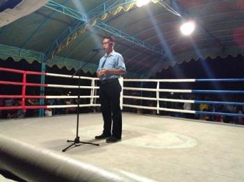 Plt Sekda Pulang Pisau Saripudin saat membuka Kejuaraan Tinju Amatir Bupati Cup I di Lapangan Handep Hapakat, Jalan Oberlin Metar, Kota Pulpis, Selasa (17/10/2017) malam.