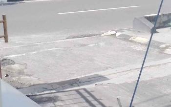 Tampak taburan garam di depan kantor Kejaksaan Negeri Kotim.