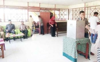 Wakil Bupati Sukamara, Windu Subagio saat mengunjungi pelaksanaan pemungutan suara di TPS Desa Pudu.