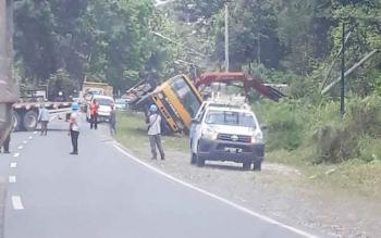 proses evakuasi truk yang terguling dijalan Pangkalan Bun Kumai Rabu (10/10/2017)