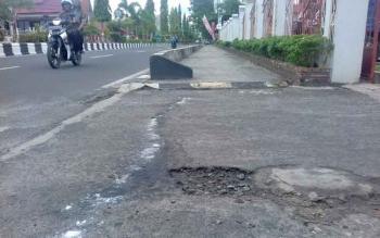 Taburan garam sengaja ditaburkan di pintu gerbang kantor Kejari Kotim.