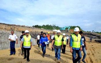 Bupati Barito Utara H Nadalsyah saat meninjau pembangunan bandara baru di Desa Trinsing, Kecamatan Teweh Selatan, Rabu (18/10/2017)