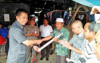 Bupati Barito Utara H Nadalsyah menyerahkan alat pemadam kepada warga RT 09 Dermaga