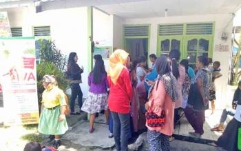 Masyarakat saat menunggu antrian pemeriksaan IVA gratis di Puskesmas Sukamara.