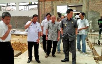 Bupati Barito Utara, Nadalsyah meninjau pembangunan Pasar Dermaga Muara Teweh