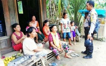Bhabinkamtibmas Polsek Kapuas Kuala, Brigadir Udung saat memberikan imbauan kepada para ibu-ibu tentang KDRT di Desa Supang RT 05, Kecamatan Kapuas Kuala.