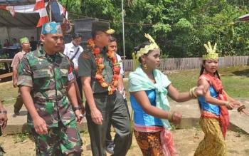 Kanan Kadispenad TNI AD Brigjen TNI Alfret D Tuejeh didampingi Dandim 1012/Buntok Letkol Inf Didik Purwanto usai potong pantan.