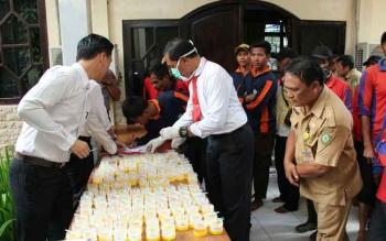 Tes urine terhadap pegawai di Dinas Pekerjaan Umum (DPU).