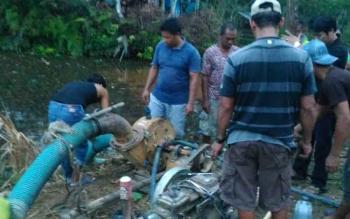 Mesin sedot yang digunakan untuk menimba kolam tempat buaya muncul, Rabub(18/10/2017)