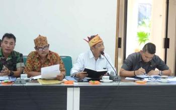 Ketua DAD Barito Utara, Junio Suharto saat menyampaikan pendapat pada rapat FKPD dalam rangka membahas permasalahan deklarasi pengukuhan dan pematokan lahan Kelompok Tani Dayak Misik Desa Kamawen dan tuntutan tujuh desa di Kecamatan Gunung Timang terhadap