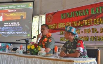 Dandin 1012 Buntok Kolonel Inf Didik Purwanto (kanan) bersama Kadispenad TNI AD Brigjen Alfret Denny D Tuejeh