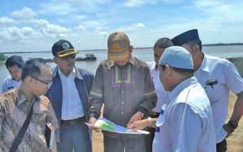 Direktur Pengembangan Wilayah Industri I Kemenperin Busharmaidi melakukan peninjauan langsung ke Pelabuhan Batanjung, Rabu (18/10/2017).