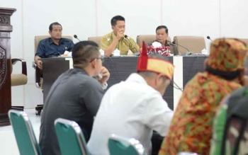 Rapat FKP dalam rangka membahas permasalahan deklarasi pengukuhan dan pematokan lahan Kelompok Tani Dayak Misik Desa Kamawen dan tuntutan tujuh desa di Kecamatan Gunung Timang terhadap PT Antang Ganda Utama (AGU)