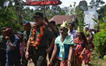 Kedatangan Kadispenad TNI AD Brigjen TNI Alfret Denny D Tuejeh di Barito Selatan disambut antusias oleh masyarakat