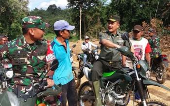 Brigjen TNI Alfret Denny D Tuejeh bersama Dandim 1012 Buntok berdialog dengan warga yang sedang melintas di jalan yang baru dibangun ini