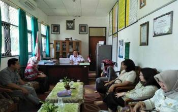Kepala SMAN 5 Palangka Raya, Drs Arbusin sedang menjelaskan kepada anggota DPRD Barito Selatan, Rabu (18/10/2017)