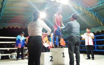 Petinju Pulang Pisau saat menerima medali pada Kejuaraan Tinju Amatir Bupati Cup I Pulang Pisau.