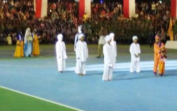 Baarak pengantin dan polisi cilik sebelum penutupan FSQ ke VI tingkat Provinsi Kalimantan Tengah di Arena Tiara Batara Muara Teweh, Kabupaten Barut.