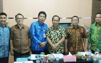 Suparmadi (tiga dari kanan) saat foto bersama tim pansel.