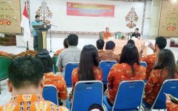 Kepala Dinas Pemberdayaan Masyarakat dan Desa Kabupaten Gunung Mas Yulius Agau menyampaikan sambutan saat membuka pelatihan CPPD) di GPU Tampung Penyang Kuala Kurun, Kamis (19/10/2017).