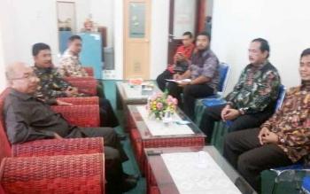Empat orang pimpinan DPRD Kabupaten Ngawi Provinsi Jawa Timur saat melakukan kunjungan kerja di DPRD Katingan, Kamis (19/10/2017)