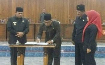 penandatanganan hasil rapat gabungan anggaran oleh Wabup Kobar dan Wakil Ketua I DPRD Kobar
