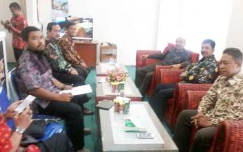Empat pimpinan DPRD Kabupaten Ngawi Provinsi Jawa Timur saat melakukan pertemuan dengan Ketua DPRD Ignatius Mantir Ledie Nussa, Kamis (19/10/2017)
