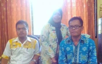 Kasi Pendataan Penduduk Yadi Siliyadi (baju biru) didampingi Staf Bidang Pelayanan Pendaftaran Disdukcapil Kapuas.