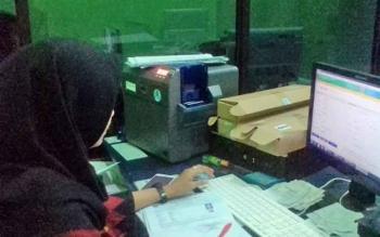 PENDATAAN : Beginilah proses pengiriman data dan pencetakan E-KTP di Disdukcapil Kabupaten Kapuas.
