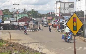 Arus lalu lintas di simpang tiga Jalan Jend A Yani, tepat di depan Bank BRI Mura.