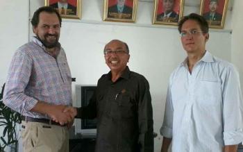 Johannes Schwegler (kiri) Managing Director yayasan Faiventures Worldwide dari Jerman dan rekannya Robert saat bertemu Ketua DPRD Ignatius Mantir L Nussa