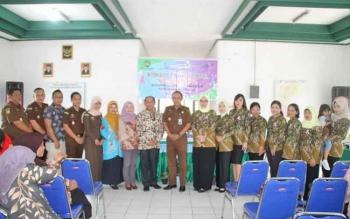 Kajari Barsel Luhur Istigfhar bersama Kadis Kesehatan Daryomo Sukiastono foto bersama ibu IAD dan pihak puskesmas