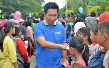 Bupati Barito Utara, Nadalsyah bersalaman dengan anak-anak