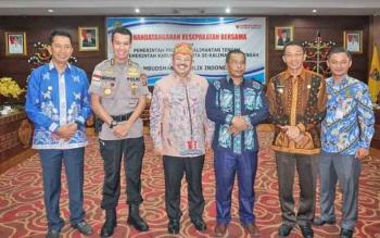 Wagub Kalteng Habib H Said Ismail (tiga dari kanan) seusai penandatanganan kesepakatan dengan Ketua Ombudsman RI, Prof Amzulian Rifai (tiga dari kiri). Penandatangan dilakukan juga Bupati Batara H Nadalsyah (paling kiri) yang berdiri disamping Irwasda Pol