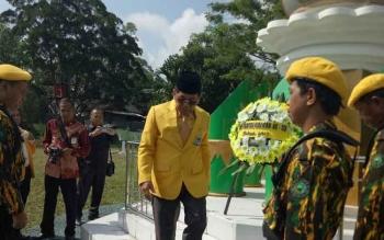 Ketua DPD Partai Golkar Kalteng H Ruslan AS meletakkan karangan bunga saat ziarah ke Taman Makam Pahlawan Indrapura Pangkalan Bun, Jumat (20/10/2017)