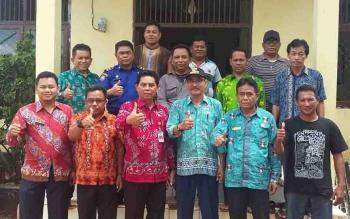 Kepala Dinas Pemberdayaan Masyarakat Pemerintahan Desa, Redi Setiawan (tiga dari kiri) bersama Panitia Pilkades Kabupaten dan Panitia Pilkades tingkat Desa.