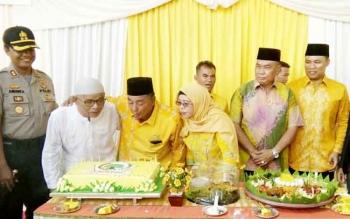 Ketua DPD Golkar Lamandau, Abidin Noor, didampingi Ketua Dewan Pembina DPD Golkar Lamandau, Tommy Hermal Ibrahim, merayakan HUT Golkar ke 53 dengan menggelar syukuran.