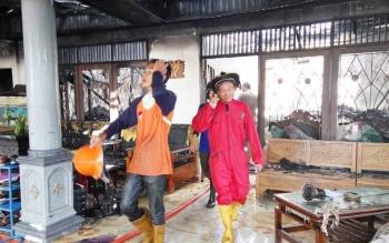 Proses pemadaman kebakaran rumah di Jalan Jati, Palangka Raya.